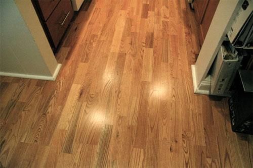 Покрытие пола в кухне из твердых пород древесины