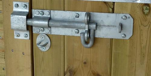 Как выбрать дверной шпингалет