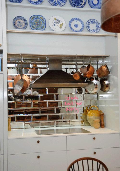 После: переделка кухни с использованием плитки с зеркальной поверхностью