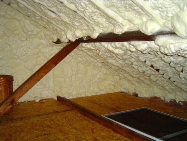 Как вариант, шумо и теплоизоляция мансарды при помощи напыляемой полиуретаноой пены.