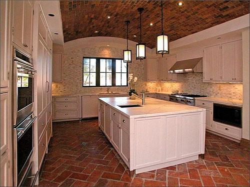 Кирпичные полы на кухне