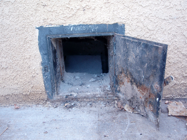 Установка в поддувале металлической трубы, направленной в подполье