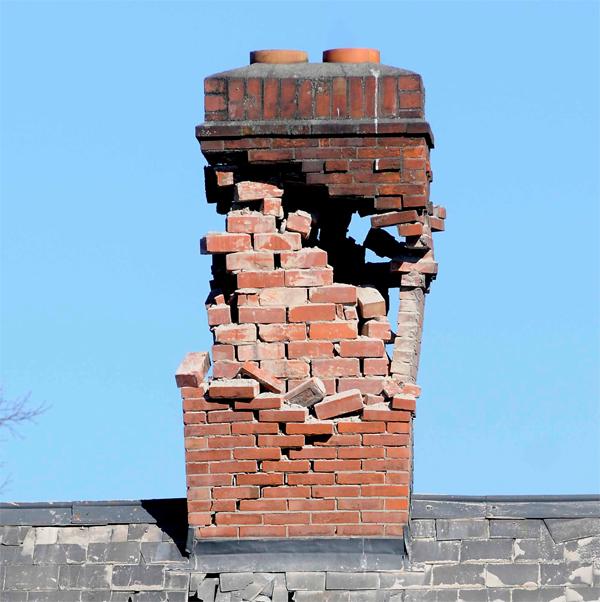 Если дымоход возведен неправильно, высокая температура дыма способна разрушить кирпичную кладку!