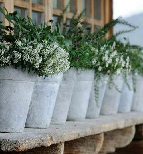 Украшаем сад бетонными цветочницами