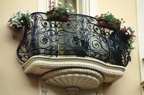 Кованые узоры на балконе
