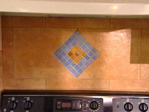 Мозаика из плитки над плитой
