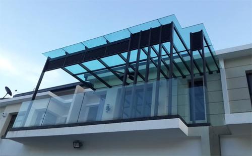 Как остеклить балкон с крышей
