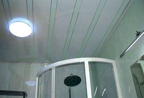 Панели из ПВХ на потолке в ванной