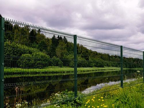 Забор из металлической сетки – наиболее простой и недорогой вариант ограждения