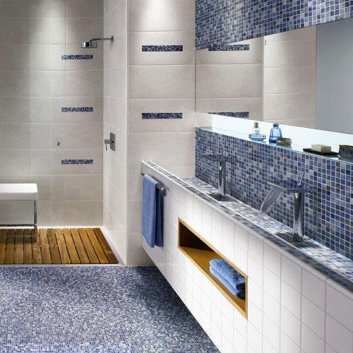 Мозаичная плитка на полу в ванной