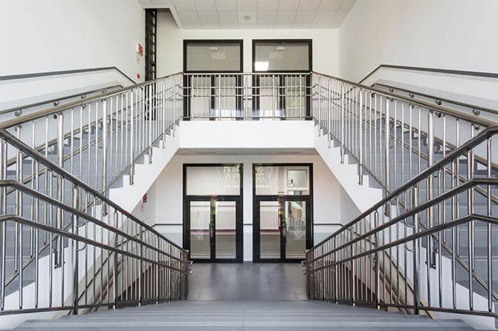 Определяемая ГОСТ высота перил для лестниц