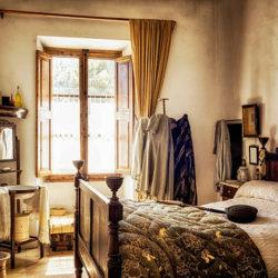 Как использовать антикварный гарнитур в дизайне современной комнаты